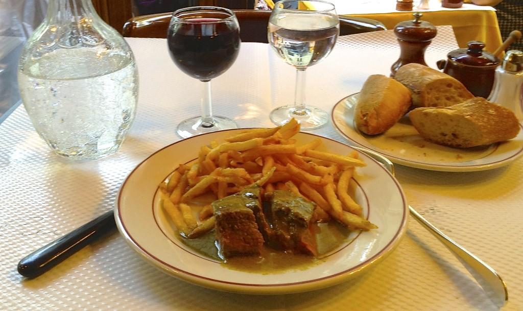 Voilà! Fabulous steak frites à table, le Relais de l'Entrecôte.